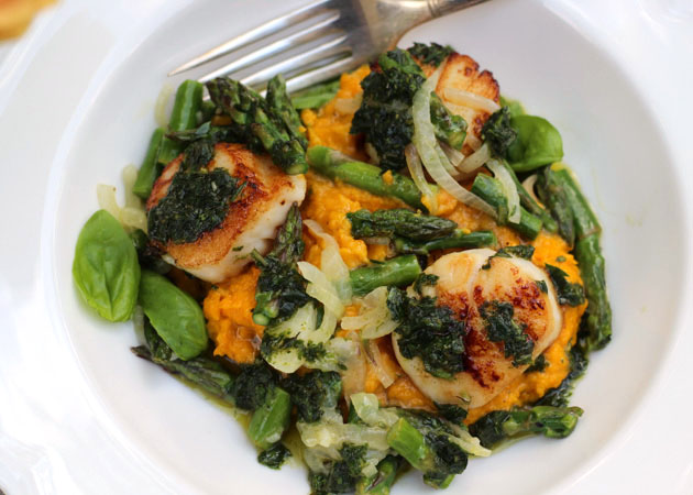 Scallops with Carrot Purée, Asparagus, and Pistou